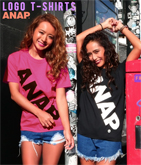 『ANAP』ロゴ斜めプリントTシャツ